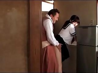 Japans schoolmeisje zorgt..